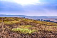 Opinión estacional del paisaje del invierno hermoso del otoño Mountain View y cielo de niebla foto de archivo