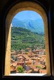 Opinión europea de la ciudad a través de una ventana abierta imagen de archivo libre de regalías