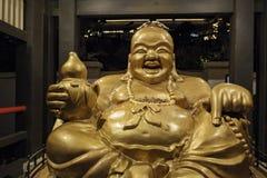 Opinión exterior de la noche de la estatua de Buda en Yamashiro Hollywood fotos de archivo libres de regalías