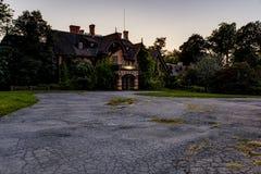 Opinión exterior de la puesta del sol/de la hora azul - mansión y hospital abandonados de Tioranda - Nueva York Imágenes de archivo libres de regalías