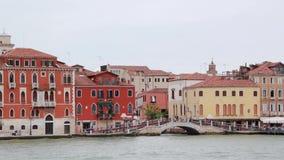 Opinión famosa de las señales del lugar de Italia de la ciudad de Venecia de la laguna del mar almacen de video