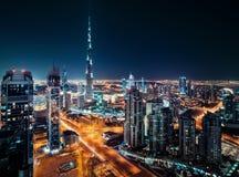 Opinión fantástica del tejado de la arquitectura moderna de Dubai por noche Imágenes de archivo libres de regalías