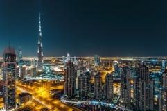 Opinión fantástica del tejado de la arquitectura moderna de Dubai por noche Imagen de archivo