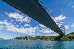 Opinión Fatih Sultan Mehmet Bridge que localed en el estrecho de Bosphorus Estambul Turquía Fotos de archivo