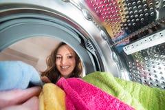 Opinión feliz de la mujer por dentro de la lavadora Fotos de archivo libres de regalías