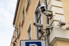 Opinión frontal de tres cámaras de seguridad sobre la pared del edificio fotografía de archivo libre de regalías