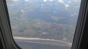 opinión fuera de la ventana del aeroplano, vuelo plano de 4K Amsterdam sobre Países Bajos almacen de video