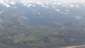 opinión fuera de la ventana del aeroplano, vuelo plano de 4K Amsterdam sobre Países Bajos almacen de metraje de vídeo