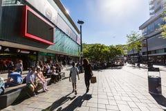 Opinión gente haciendo compras en la calle Binnenwegplein de las compras Foto de archivo libre de regalías