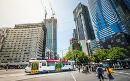 Opinión granangular de la calle de la tranvía y de los edificios de Melbourne en Melbourne Victoria Australia fotos de archivo libres de regalías