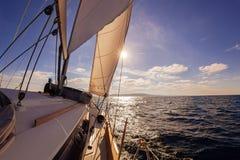 Opinión granangular del barco de navegación en el mar Imagen de archivo