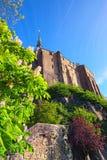 Opinión granangular maravillosa Mont Saint-Michel antiguo Visión desde un pequeño parque debajo de la abadía Normandía, Francia,  Foto de archivo libre de regalías