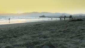 Opinión granangular Santa Monica Beach almacen de metraje de vídeo