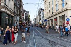 Opinión hacer compras y turistas de la gente en la calle de Leidsestraat fotografía de archivo