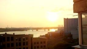 Opinión hermosa aérea de la puesta del sol sobre la ciudad de Novosibirsk 3840x2160 almacen de metraje de vídeo
