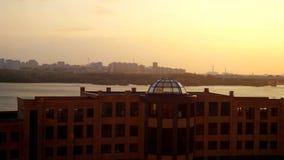 Opinión hermosa aérea de la puesta del sol sobre la ciudad y el puente de Novosibirsk 3840x2160 almacen de metraje de vídeo