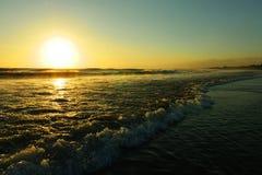 Opinión hermosa asombrosa de la puesta del sol del paisaje del mar de la playa del doble seis de Seminyak en la isla de Bali de I Fotografía de archivo libre de regalías