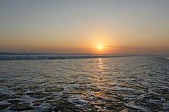 Opinión hermosa asombrosa de la puesta del sol del paisaje del mar de la playa del doble seis de Seminyak en la isla de Bali de I Fotografía de archivo