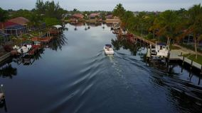 Opinión hermosa de la antena 4k sobre el pequeño barco turístico que navega lentamente en agua de río azul profunda tranquila del metrajes