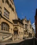Opinión hermosa de la calle con la biblioteca pública de Oxford Imágenes de archivo libres de regalías