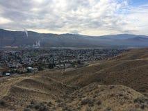 Opinión hermosa de la ciudad de Kamloops sobre un alza imagen de archivo libre de regalías