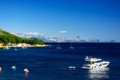 Opinión hermosa de la costa costa del mar adriático del verano con las montañas y el yate, isla Brac, Croacia Imágenes de archivo libres de regalías