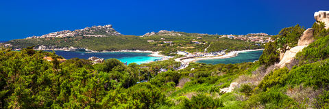 Opinión hermosa de la costa costa a Spaggia Zia Culumba y a Spaggia Rena Di Ponente y agua clara azul, Testa de la ceja, Cerdeña Fotografía de archivo