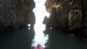 Opinión hermosa de la laguna de la nariz del barco del punto de vista de la cámara de la acción del kajak kayaking en el mar almacen de video