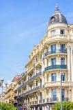 Opinión hermosa de la luz del día a una fachada del hotel en Niza el ` Azur de Cote d foto de archivo libre de regalías