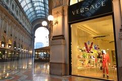 Opinión hermosa de la madrugada al adornado para el boutique de la moda de Versace de la Navidad en la galería de Vittorio Emanue fotos de archivo libres de regalías