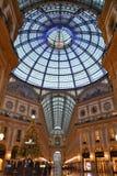 Opinión hermosa de la madrugada al adornado para la galería de Vittorio Emanuele II de la Navidad imagen de archivo libre de regalías