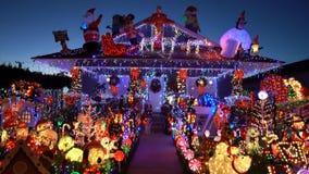 Opinión hermosa de la noche, decoración de la Navidad de la casa americana del estilo metrajes