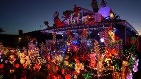 Opinión hermosa de la noche, decoración de la Navidad de la casa americana del estilo almacen de metraje de vídeo