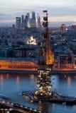 Opinión hermosa de la noche del monumento a Peter el grande en Moscú fotografía de archivo libre de regalías