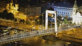 Opinión hermosa de la noche del puente de cadena y del camino iluminados con los coches, Hungría almacen de metraje de vídeo