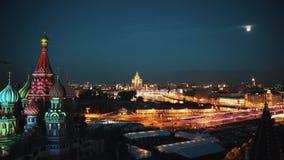 Opinión hermosa de la noche del timelapse de la catedral del ` s de la albahaca del santo de Moscú almacen de video