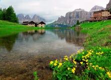 Opinión hermosa de la orilla del lago de las montañas rocosas Sassolungo-Sassopiatto fotografía de archivo libre de regalías