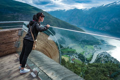 Opinión hermosa de la plataforma de observación de Noruega de la naturaleza del puesto de observación de Stegastein Imagenes de archivo