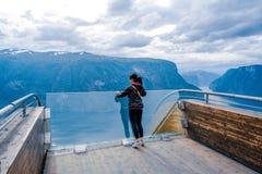 Opinión hermosa de la plataforma de observación de Noruega de la naturaleza del puesto de observación de Stegastein Fotos de archivo