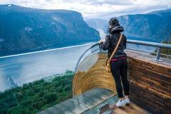 Opinión hermosa de la plataforma de observación de Noruega de la naturaleza del puesto de observación de Stegastein Fotografía de archivo libre de regalías