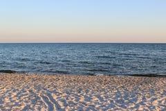Opinión hermosa de la playa justo antes de la puesta del sol Fotos de archivo libres de regalías