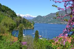 Opinión hermosa de la primavera al lago Como imagenes de archivo