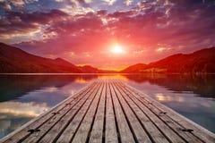 Opinión hermosa de la puesta del sol de una plataforma de madera Fotos de archivo libres de regalías