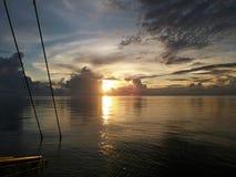 Opinión hermosa de la puesta del sol del área del aguijón a bordo de la gabarra de la tubería en Sarawak costero, Malasia foto de archivo libre de regalías