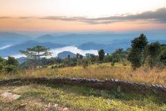Opinión hermosa de la puesta del sol de detrás el lago de los begnas fotos de archivo