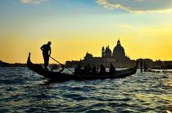 Opinión hermosa de la puesta del sol del paisaje en Venecia en Italia con la góndola Fotografía de archivo libre de regalías