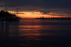 Opinión hermosa de la puesta del sol de un puerto croata imagen de archivo libre de regalías
