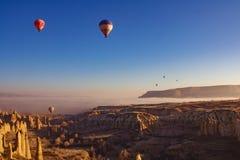 Opinión hermosa de la salida del sol del globo en Cappadocia, Turquía foto de archivo