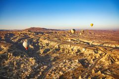 Opinión hermosa de la salida del sol del globo en Cappadocia, Turquía imagen de archivo libre de regalías