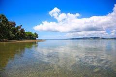 Opinión hermosa del agua con el fondo del cielo azul Playa de Whangarei, Fotos de archivo libres de regalías
